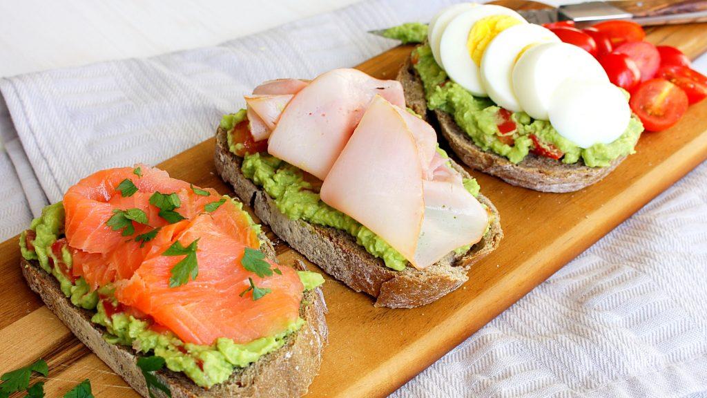 Sandwich met avocade en ham ei of zalm