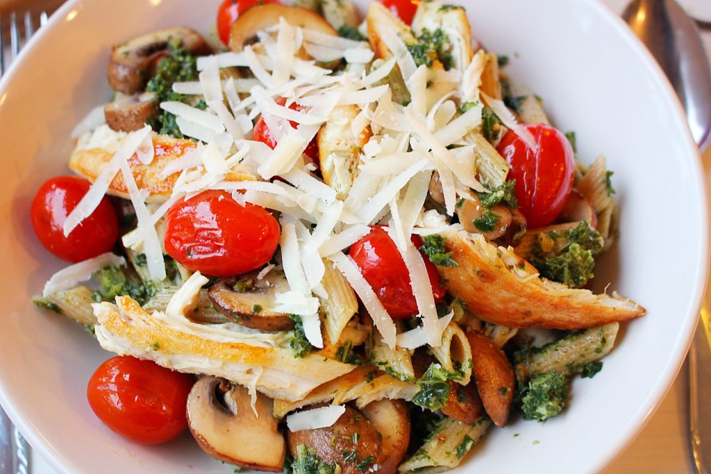 Pasta pesto met kip, tomaten, champignons