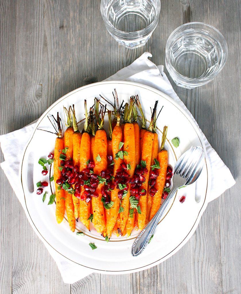 Geroosterde wortels met granaatappel