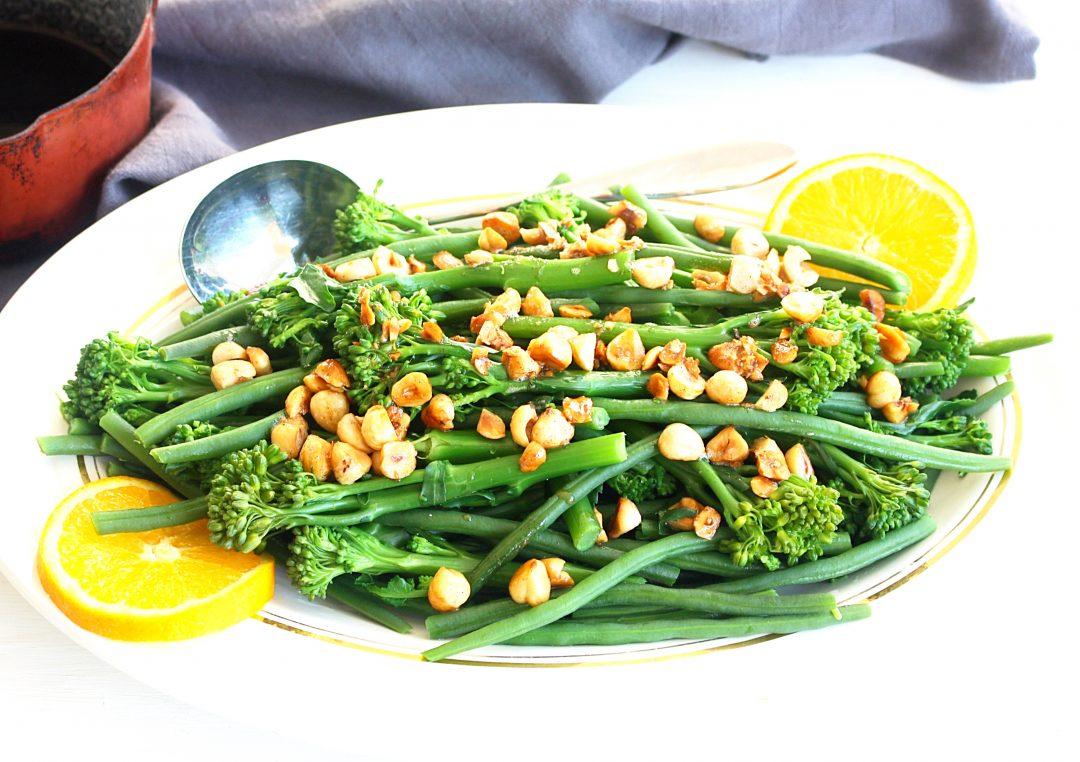 Bimi en haricots verts met hazelnoten en sinaasappel