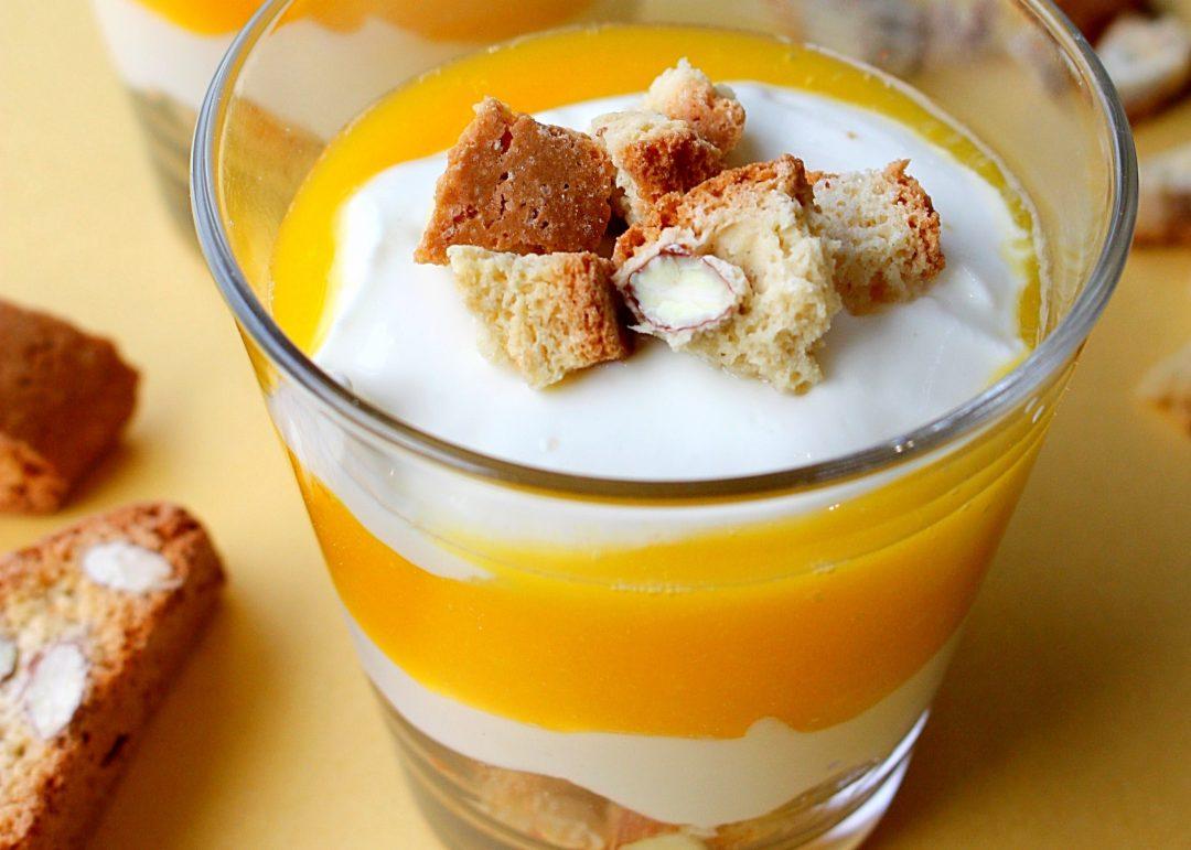 Dessert in laagjes met mango en cantuccini