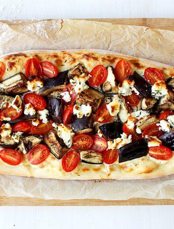 Flammkuchen met aubergine, tomaat en geitenkaas