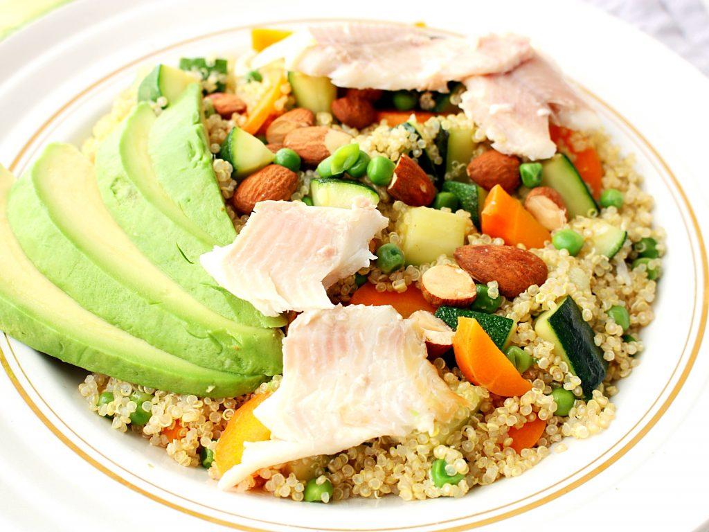 Voorjaarsgroenten met quinoa en gerookte forel