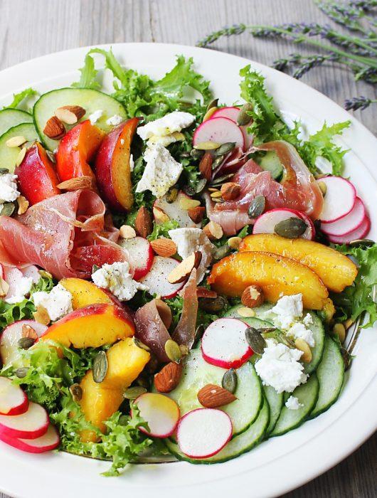 Gezonde salade geitenkaas nectarine