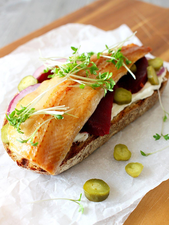 Sandwich met gerookte haring en biet